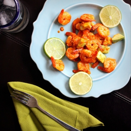 mexican spicy garlic shrimp with avocado and lime